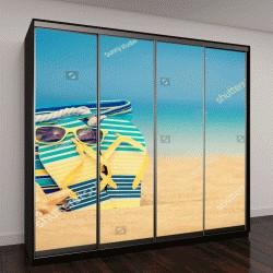 """Шкаф купе с фотопечатью """"Шлепанцы и сумка на песчаном пляже на фоне голубого моря и неба"""""""
