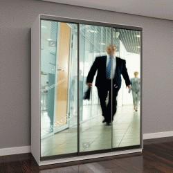 """Шкаф купе с фотопечатью """"Бизнесмены идут по коридору внутри здания """""""