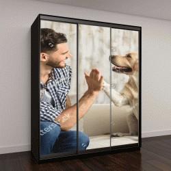 """Шкаф купе с фотопечатью """"счастливый парень сидит на диване и смотрит на собаку"""""""