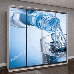 """Шкаф купе с фотопечатью """"вода из бутылки в стакан на синем фоне"""""""