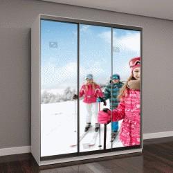 """Шкаф купе с фотопечатью """"Улыбающаяся девушка с семьей на лыжных местностей готовы для катания"""""""