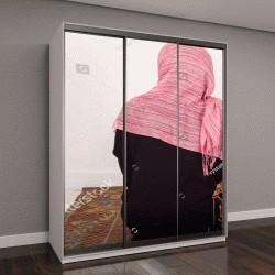 """Шкаф купе с фотопечатью """"портрет женщина-мусульманка молится в одиночестве, сидя на скатерть, в помещении"""""""