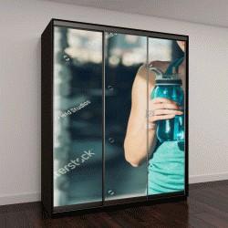 """Шкаф купе с фотопечатью """"обрезанное изображение спортивный женщина, держащая бутылку воды """""""
