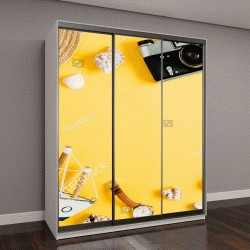 """Шкаф купе с фотопечатью """"Квартира выложу путешественник аксессуары на желтом фоне с пустым пространством для текста"""""""